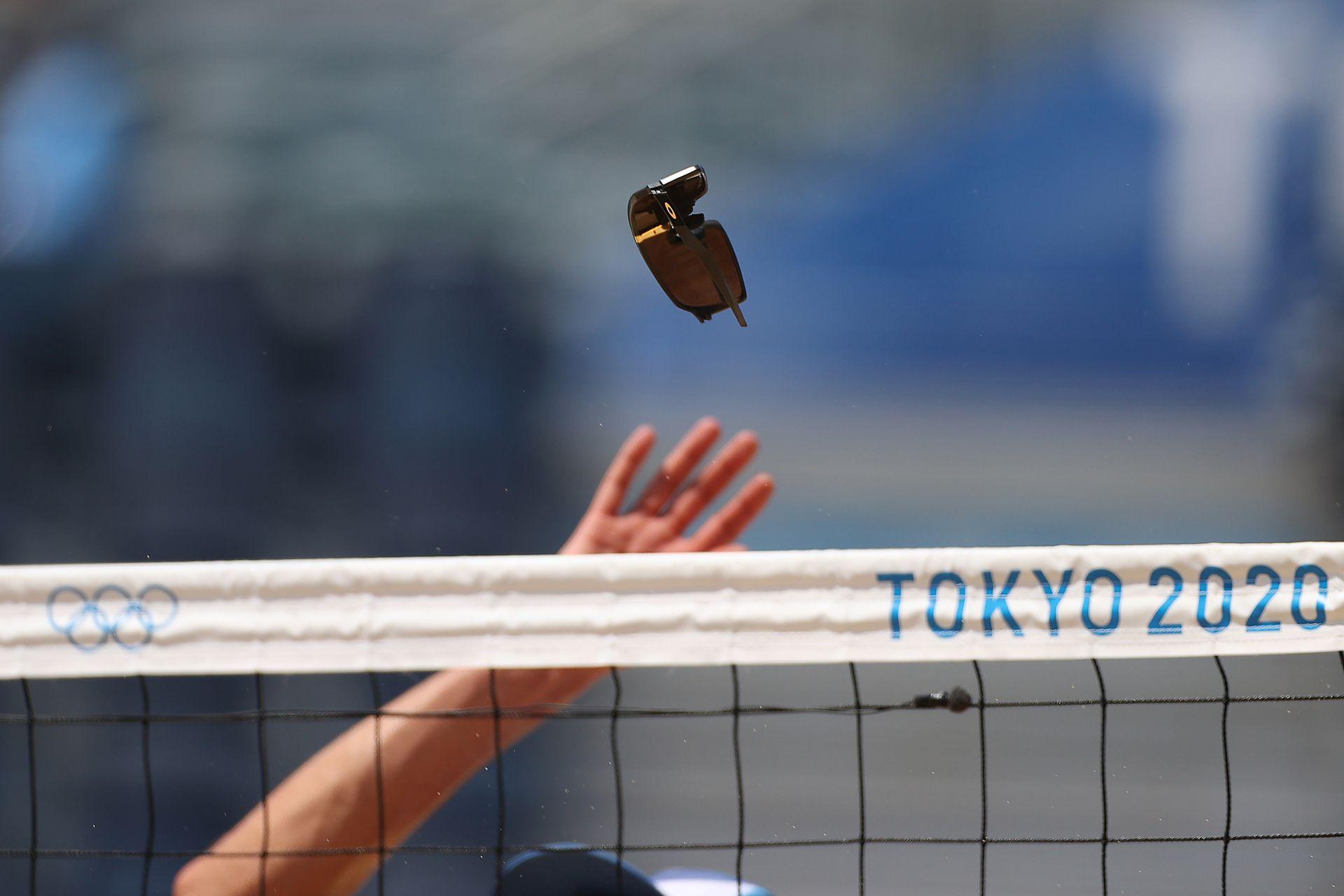Los anteojos rotos usados por Nicolas Capogrosso # 1 del Equipo Argentina vuelan por el aire contra el Equipo Brasil durante el Preliminar Masculino - Grupo D en el primer día de los Juegos Olímpicos de Tokio 2020 en el Parque Shiokaze el 24 de julio de 2021 en Tokio, Japón.
