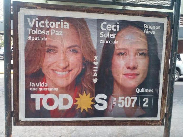A pocas horas de haberlos pegado, sobre los carteles de agradecimiento de Mayra Mendoza superpusieron los de Victoria Tolosa Paz