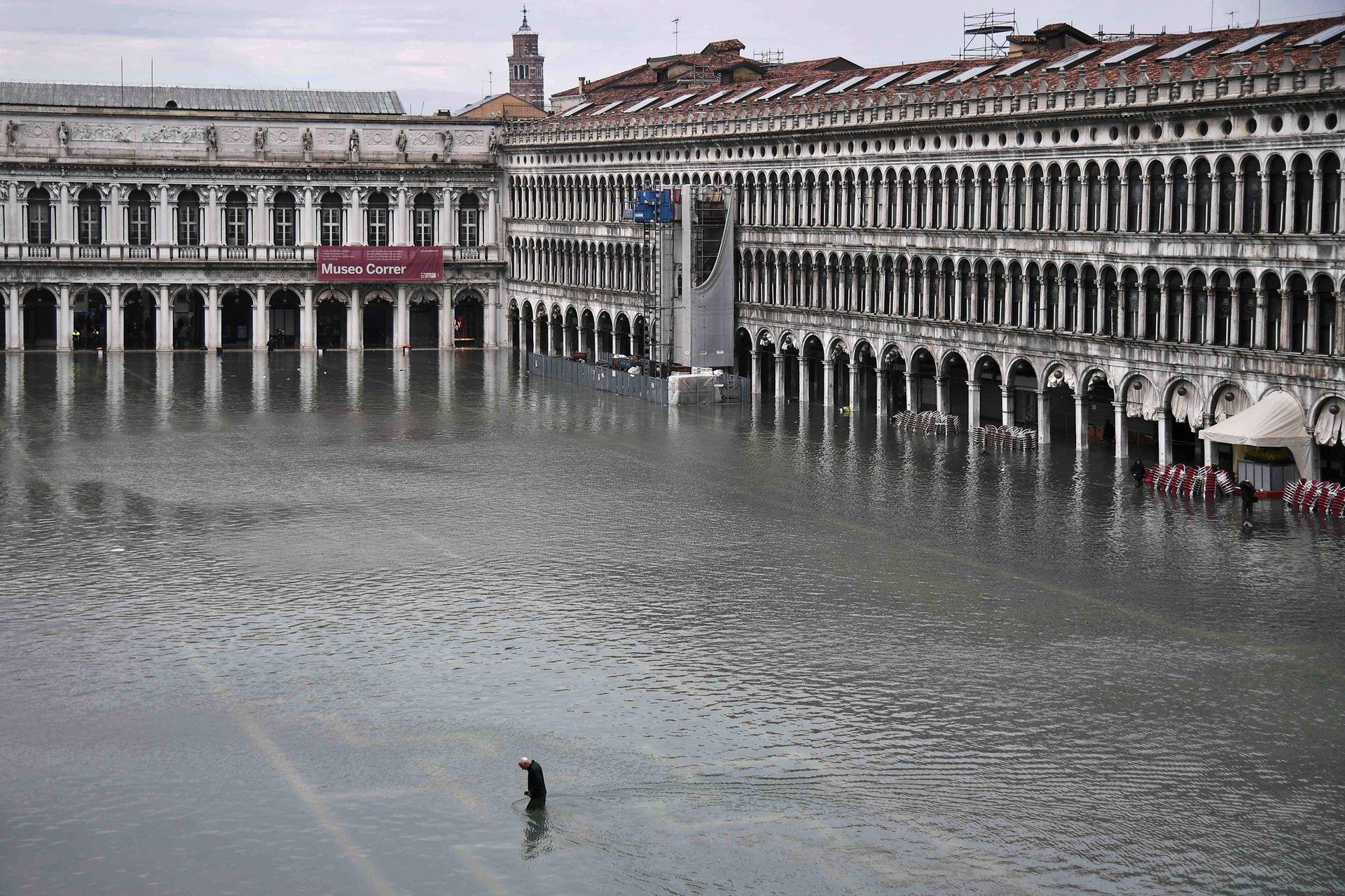 Venecia fue golpeada por la marea más alta en más de 50 años a fines del 12 de noviembre