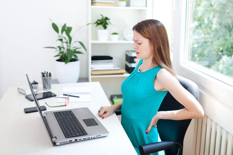 Una mala postura al trabajar, sobre todo ahora que estamos más tiempo frente a la computadora, puede traer dolores de espalda y de cabeza