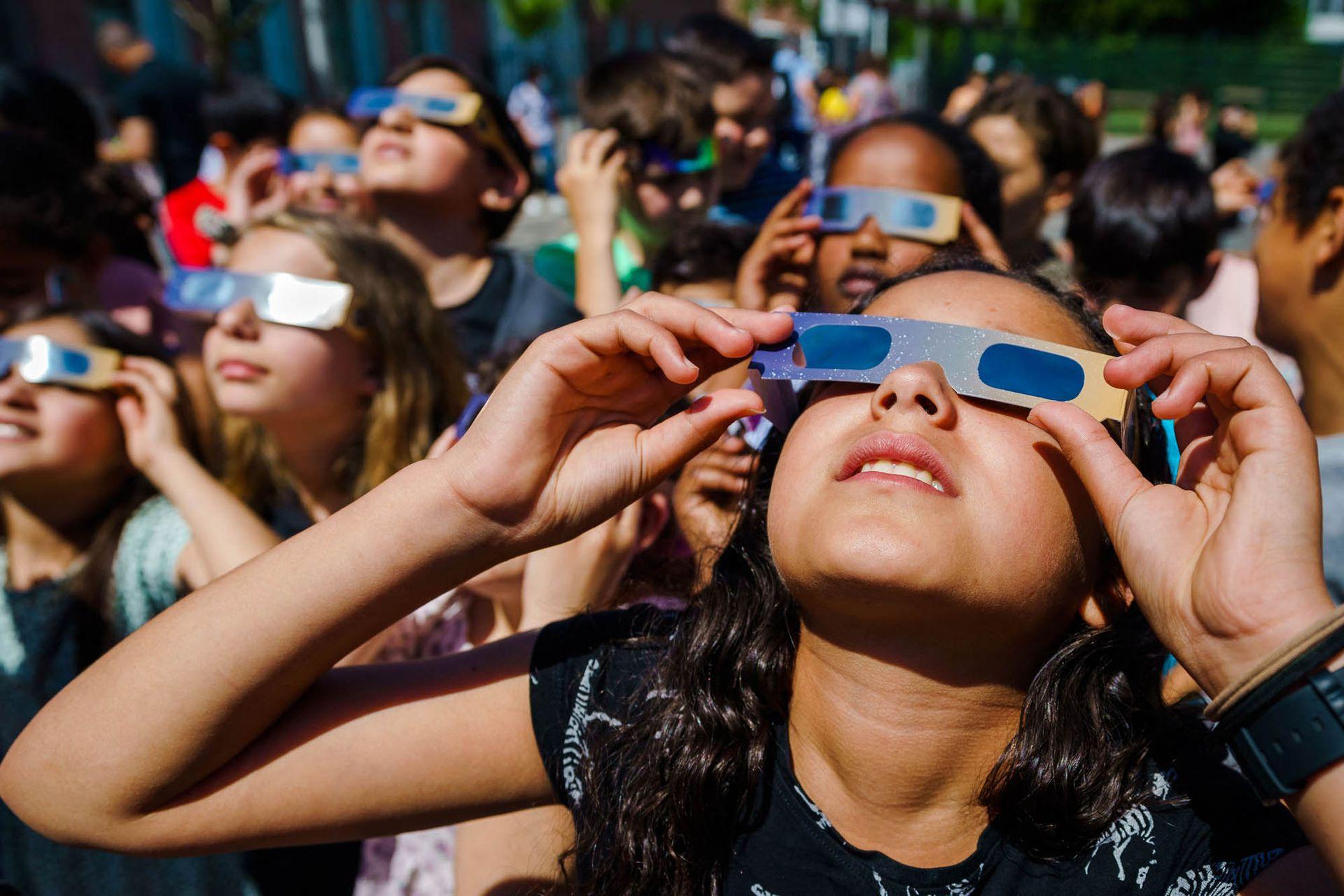 Un grupo de niños de los Países bajos observa el eclipse.