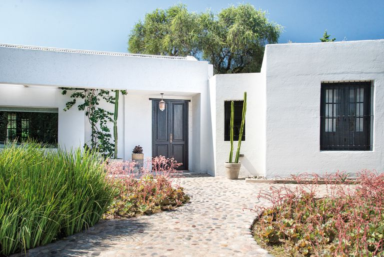 Un jardín que se integró al espíritu del monte cordobés con identidad contemporánea