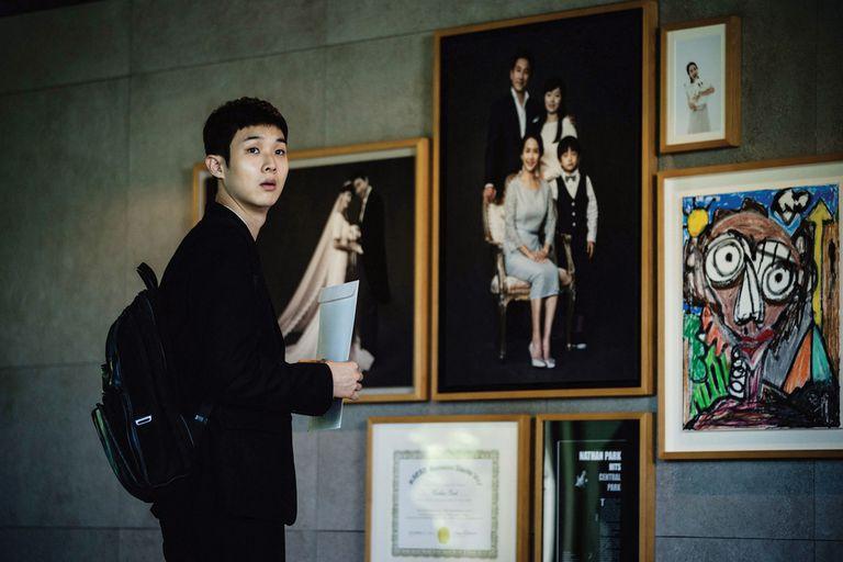 La película abunda en elementos que, aunque no son incomprensibles para el espectador del resto del mundo, tienen que ver con cuestiones y obsesiones muy específicas de la sociedad coreana