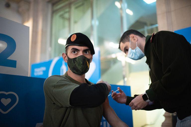 Se instaló un vacunatorio en el Centro Cultural Kirchner (CCK) para aplicar la vacuna contra el coronavirus a personal de las fuerzas armadas y de seguridad.