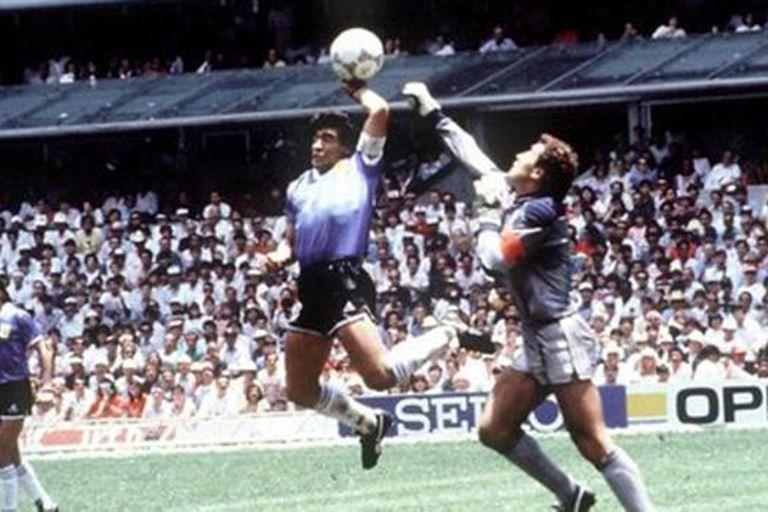 """¿Maradona o un periodista? Cómo surgió la inmortal frase """"la mano de Dios"""""""