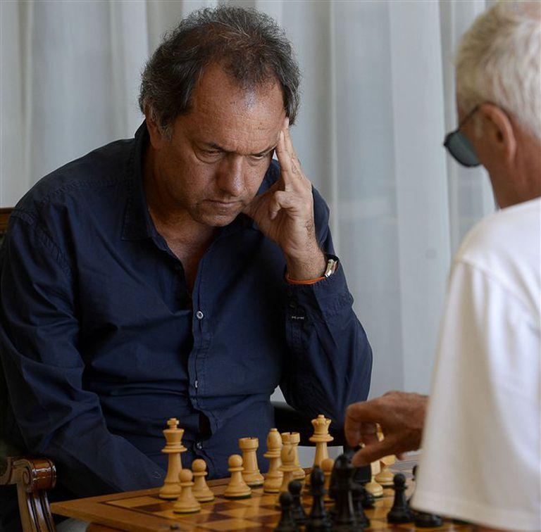 Scioli, concentrado en su desafío político, jugó ayer al ajedrez con Martín Balza en Mar del Plata