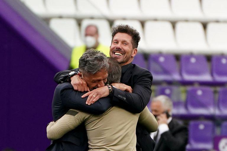 """En el estadio José Zorilla de Valladolid, el 22 de mayo de 2021, el día de la consagración; arriba, el """"jefe"""", que abraza a su amigo Nelson Vivas y al profe Ortega, sus laderos"""