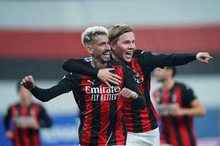 Samu Castillejo, autor del gol del triunfo de Milan, es abrazado por Jens Petter Hauge