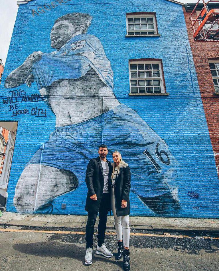 El Kun, su novia y el mural que le hicieron como homenaje