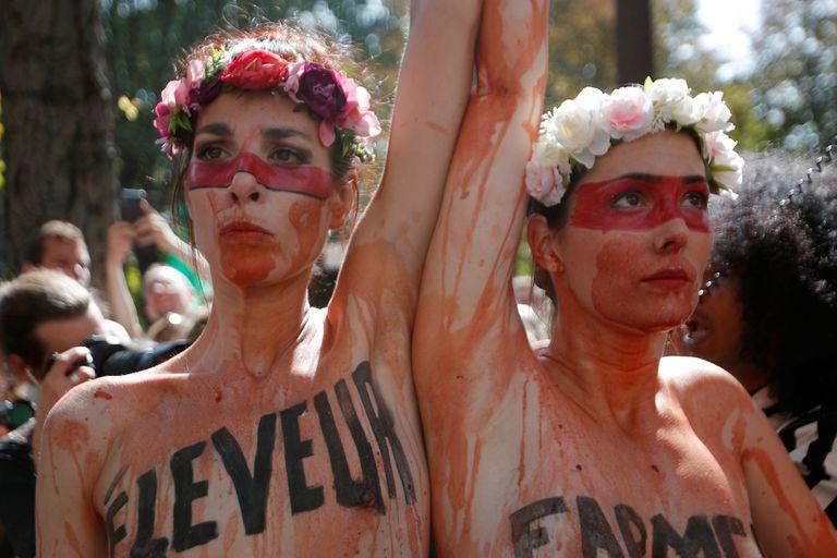 Activistas climáticas asisten a una protesta frente a la embajada de Brasil en París debido a los incendios forestales en la selva amazónica, Francia, 23 de agosto de 2019