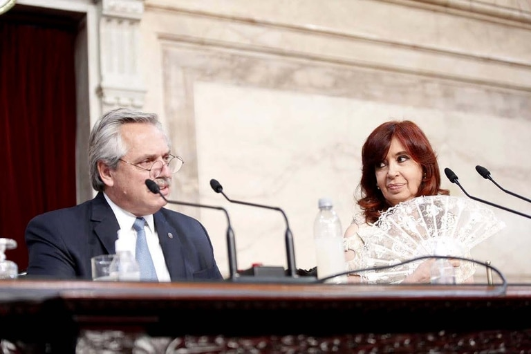 La Vicepresidenta Cristina Fernández de Kirchner mira al Presidente Aníbal Fernández durante el discurso de la apertura de las Sesiones Legislativas en el Congreso de La Nación