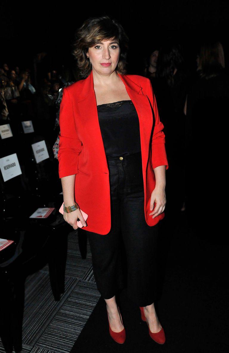 Muriel Santa Ana asistió con un look combinado en rojo y negro