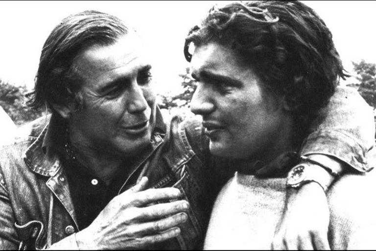 Abrazados, Carlos Páez Vilaró y su hijo Carlitos luego de ser rescatado de los Andes