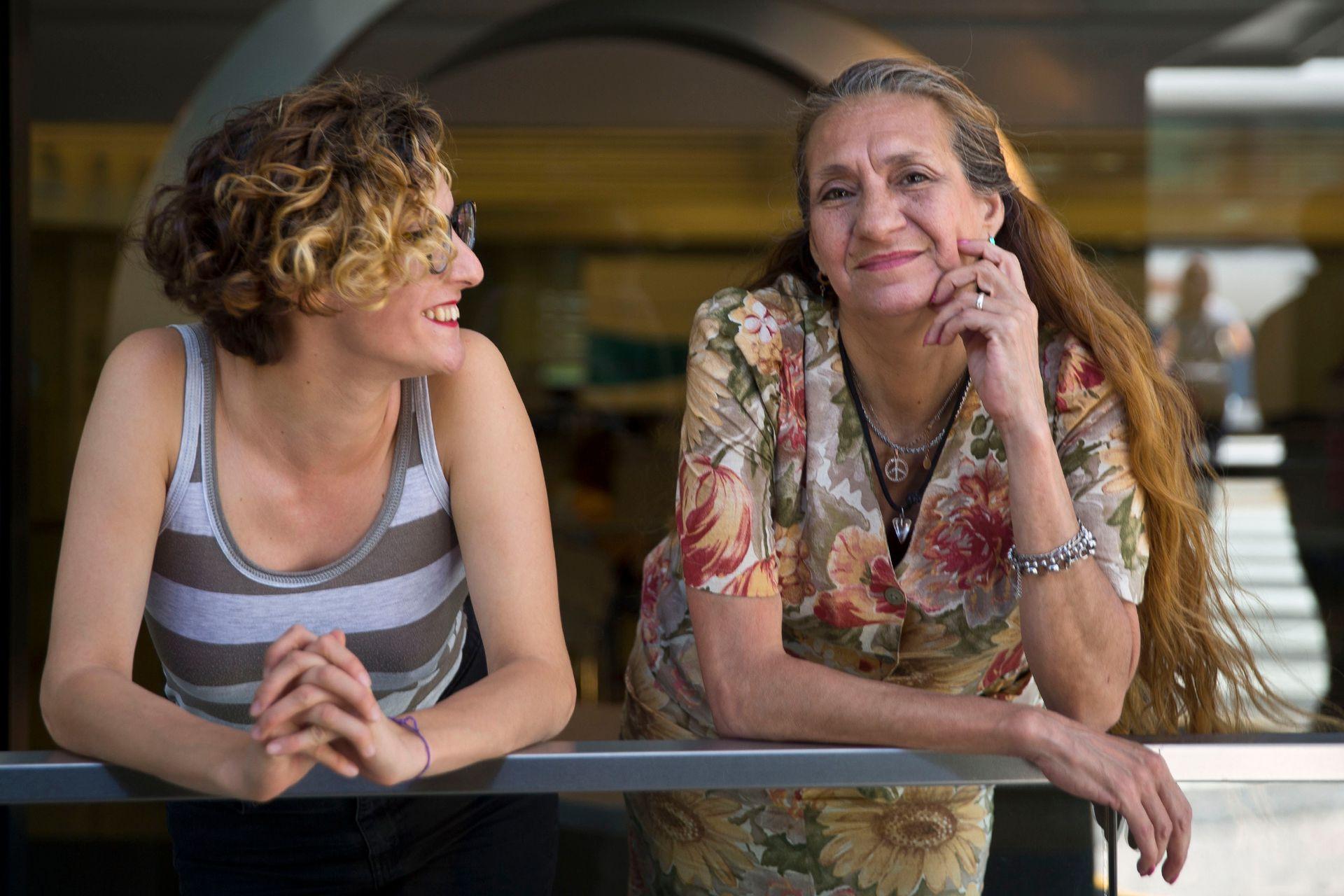 Laura Meza junto a Lucía, una de sus hijas