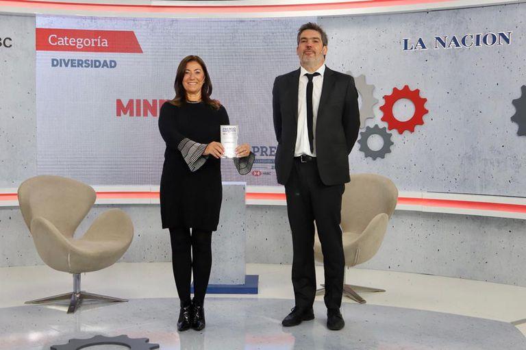 Patricia Martucci, cofundadora Mindhub al recibir el premio, junto al periodista de LA NACION, Alfredo Sainz