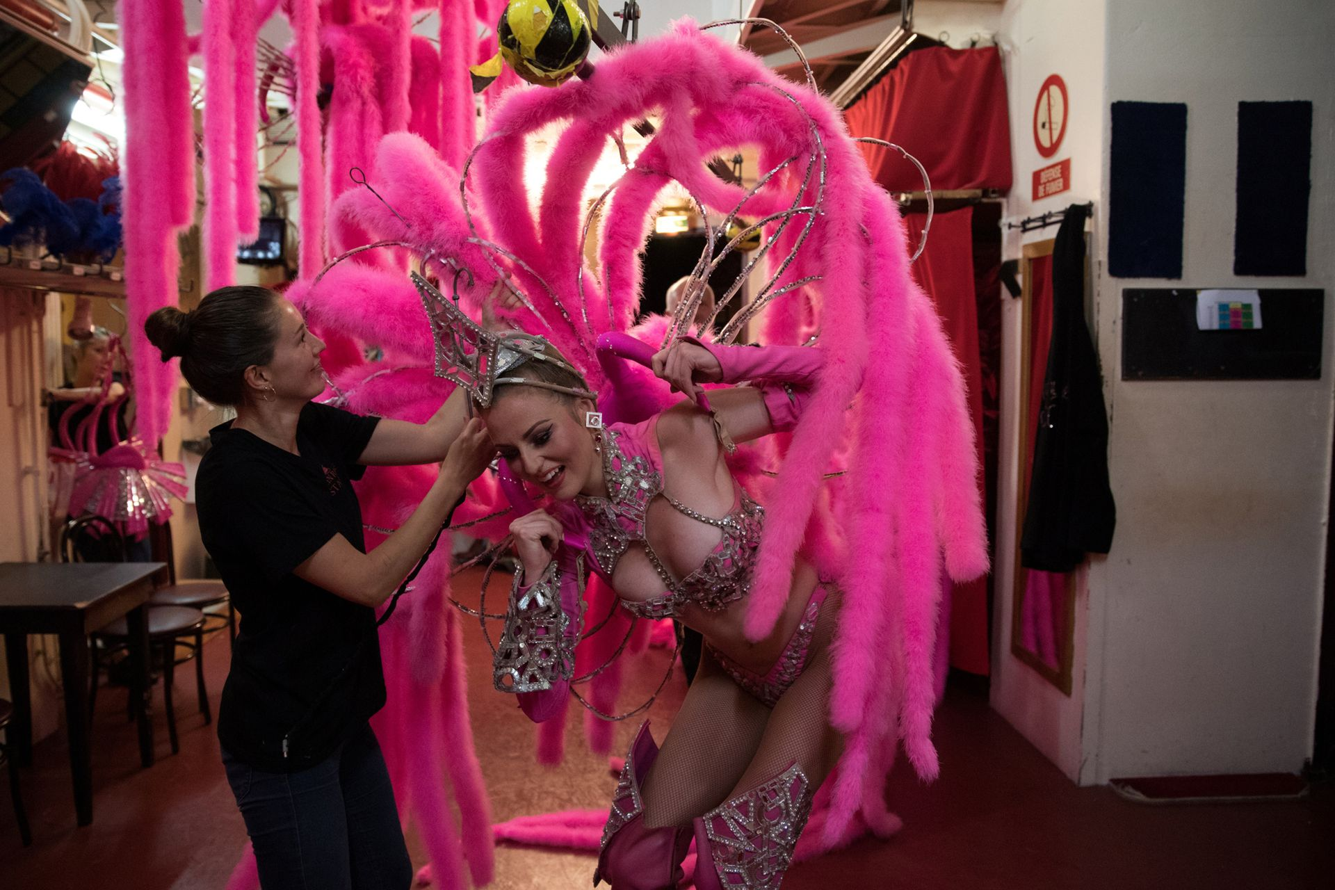 """La bailarina Megan cambia de vestuario mientras se presenta en """"Feerie"""""""