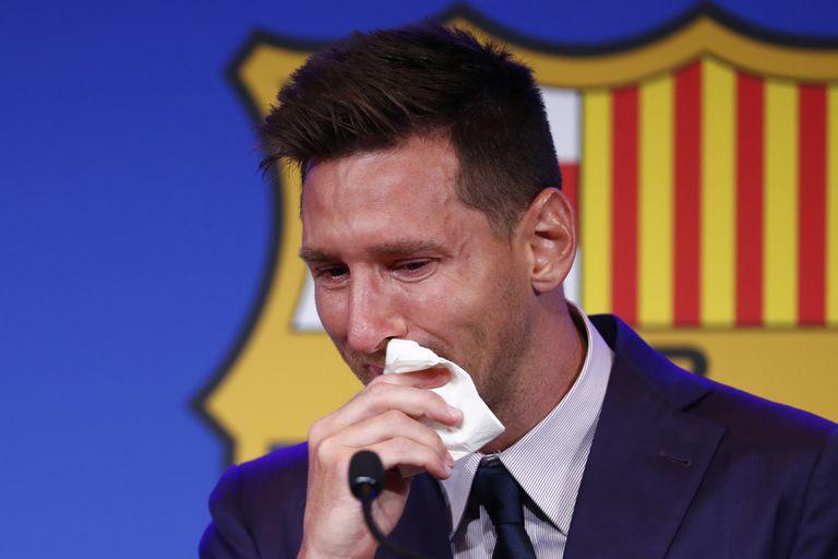 Lionel Messi, emocionado durante su despedida de Barcelona