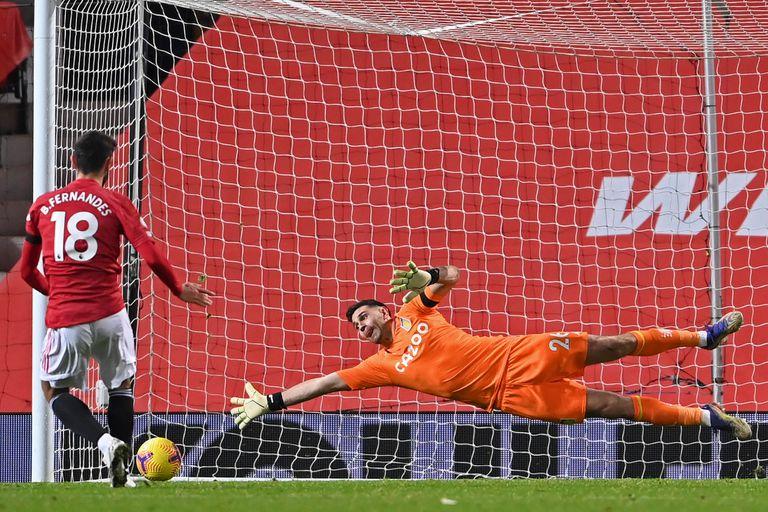 Furioso. Dibu Martínez contra el VAR, tras la caída de Aston Villa en Manchester