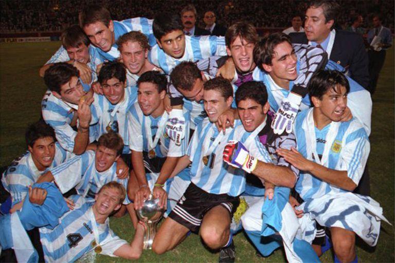 El clásico con Brasil ya terminó en victoria y la copa es propiedad de la Argentina sub 20 de Pekerman.