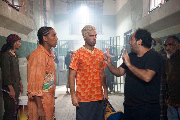 Nicolás Furtado y el resto de los actores de El marginal escuchan las indicaciones del director Alejandro Ciancio