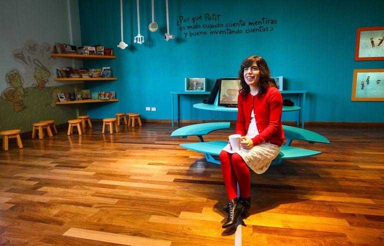 Isol, la autora e ilustradora premiada en el exterior, en una de las salas que exhiben su creación