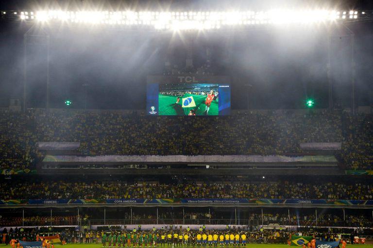 El público paulista en el estadio Morumbí, antes del partido inaugural, Brasil vs. Bolivia.