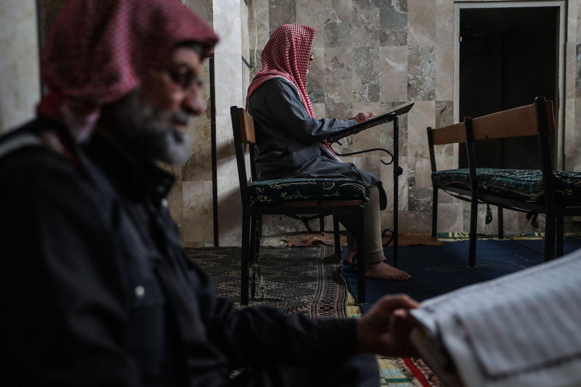 Hombres sirios leen el Corán en la mezquita de la ciudad de Maarrat Misrin