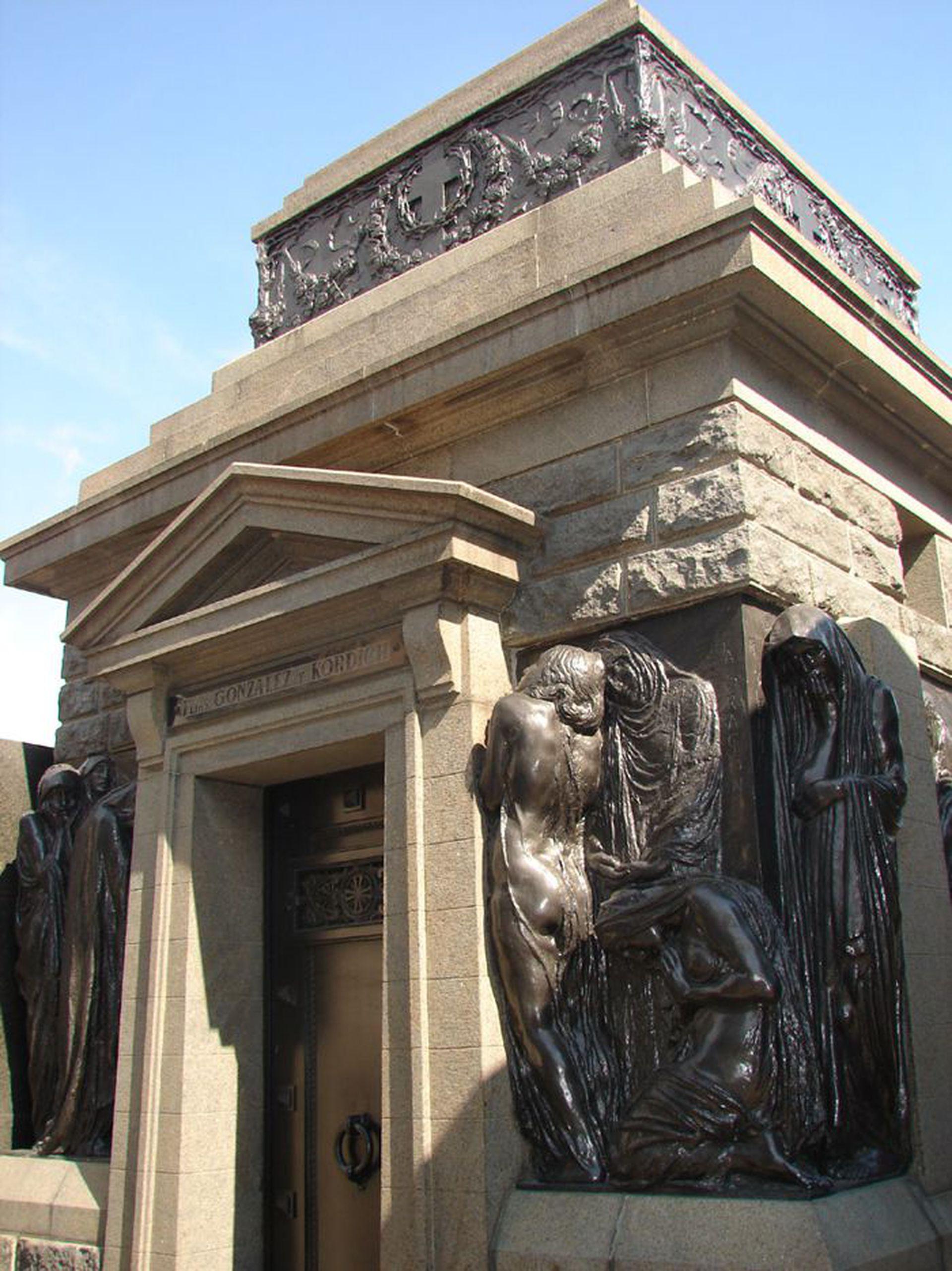 Bóveda donde estuvo sepultado Gath hasta 1992, cuando fue cremado. Las esculturas son obra del italiano Leonardo Bistolfi.Si bien Gath falleció en Suiza en 1916 y fue sepultado en la Recoleta el 22/2/1917, la bóveda es posterior (su viuda adquirió la ubicacion en 1919.