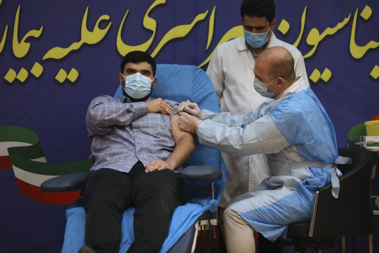 Parsa Namaki, hijo del ministro de Salud, Saeed Namaki, recibió su primera dosis en el Hospital Imam Khomeini