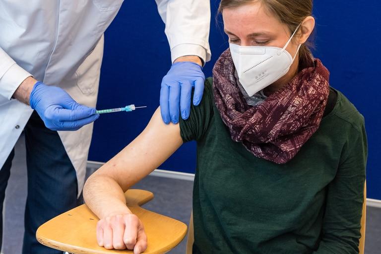 En esta foto de archivo tomada el 12 de febrero de 2021, una trabajadora de la salud recibe una inyección con la vacuna de AstraZeneca contra la Covid-19 en el hospital universitario de Halle/Saale, en el este de Alemania