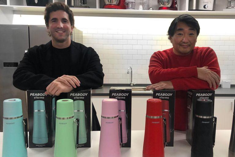 El diseñador industrial Pedro Sainz junto a Dante Choi, dueño de Goldmund, la firma detrás de la marca Peabody