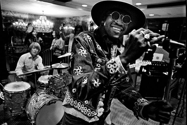 """Taj Mahal y los Stones ensayando para The Rock and Roll Circus en el Londonderry Hotel, en 1968. """"Era un entretenimiento familiar"""", dice Russell acerca de la película. """"Cuando él apareció en la puerta, Keith dio un salto, se acercó y lo abrazó. Algo que jamás había visto hacer a Keith"""""""