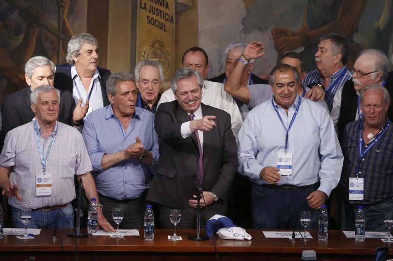 Alberto Fernández, en la CGT, rodeado de dirigentes sindicales