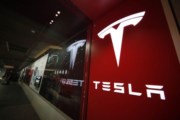 Logotipo de la automotriz Tesla en el centro comercial Cherry Creek Mall en Denver, el 9 de febrero de 2019. (AP Foto/David Zalubowski, File)