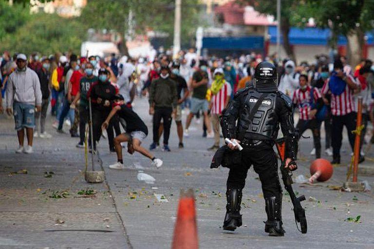 Desbordes, descontrol y enfrentamientos entre ciudadanos de Barranquilla (varios, con la camiseta de Junior) y la policía; la Copa América comenzará el 13 de junio, la Conmebol por ahora confirma a la Argentina y Colombia como sedes