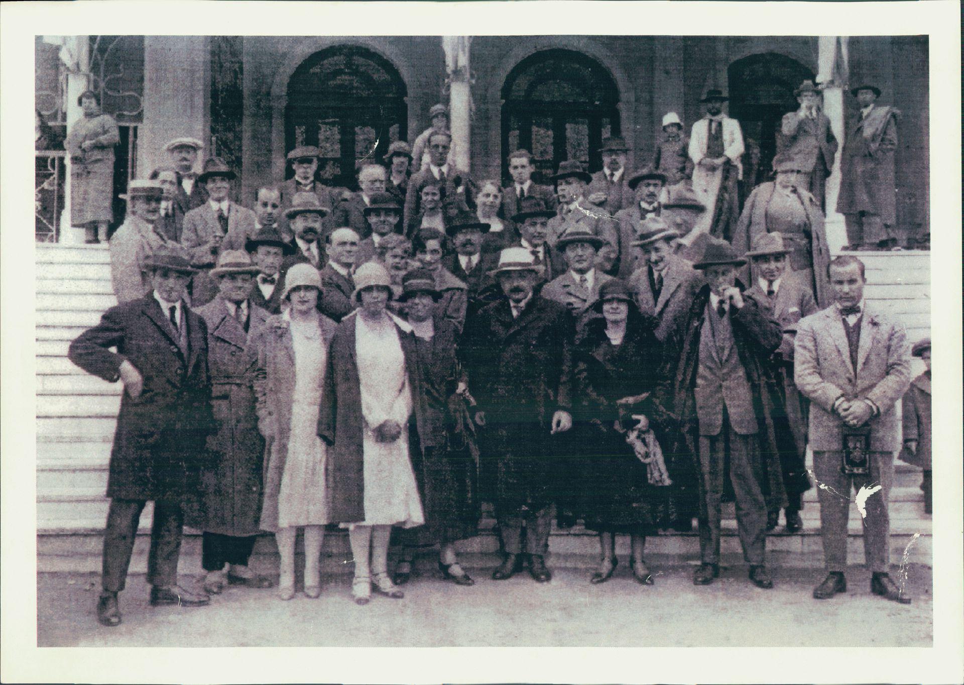 En 1925, durante la visita de Albert Einstein (en el centro, de sombrero blanco) a Buenos Aires, Adolfo Holmberg (abajo, izquierda), el director del zoológico porteño, ofició de intérprete.