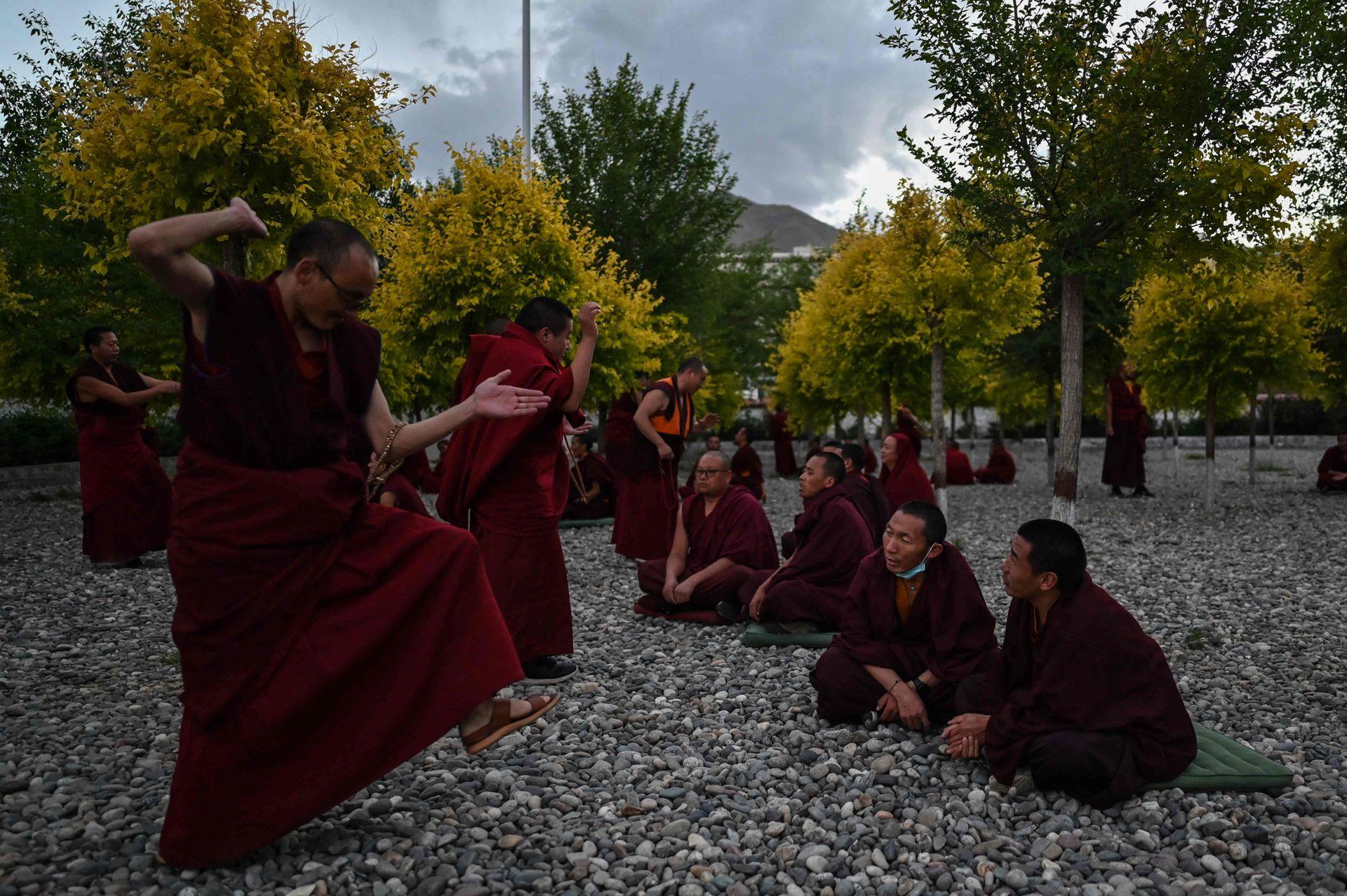Una clase al aire libre en el Colegio Budista de la Región Autónoma del Tíbet