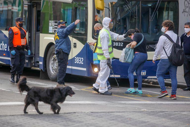 Los pasajeros del Sarmiento viajan en ómnibus por la falta de servicio de trenes
