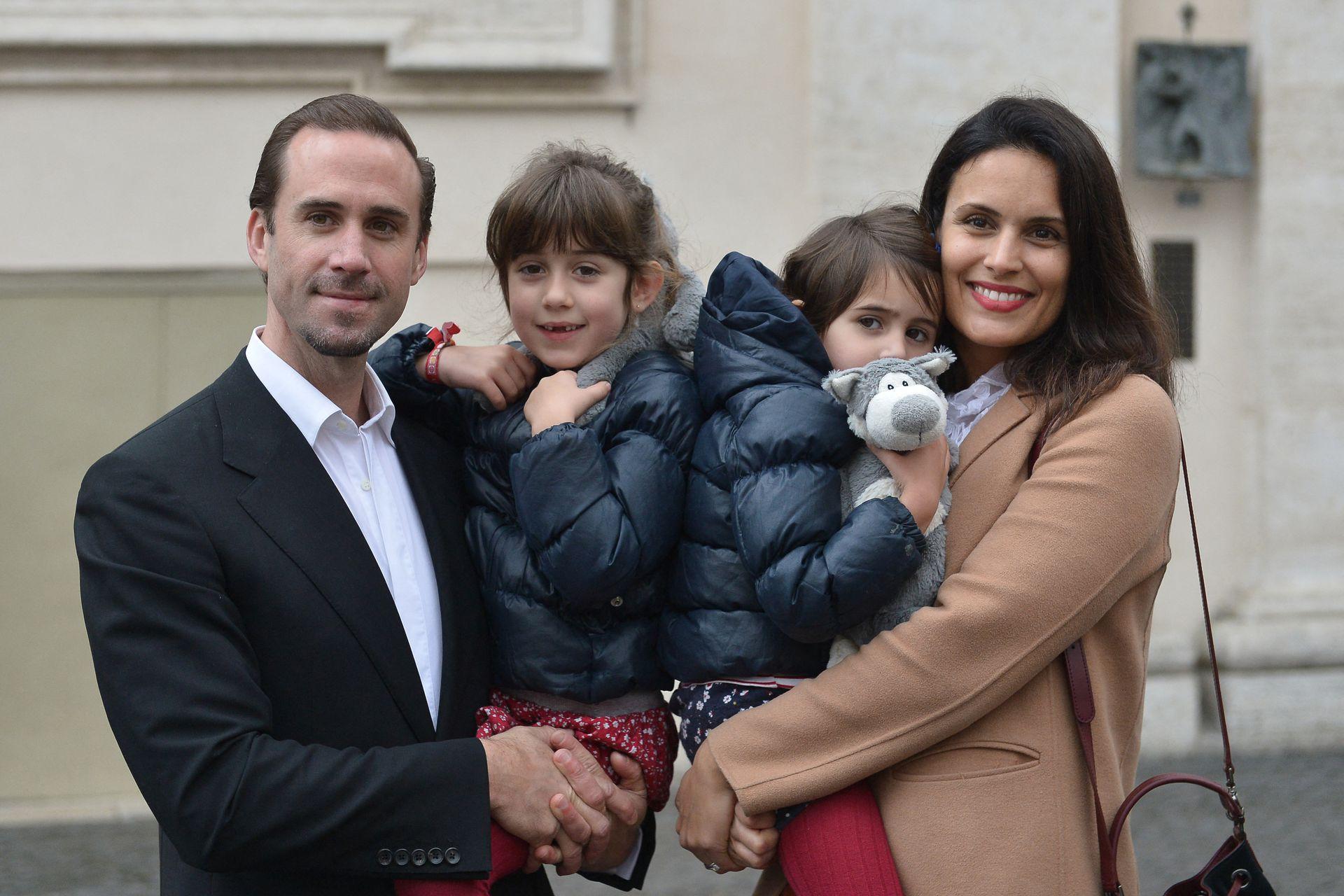 El actor británico Joseph Fiennes, su esposa María Dolores Diéguez y sus hijas en la plaza de San Pedro ante la audiencia general semanal del Papa Francisco, en 2016