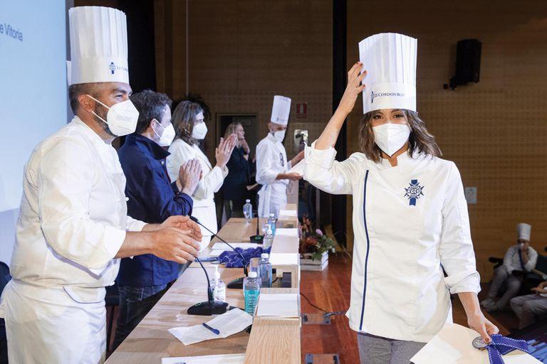 Una imagen de su graduación en Le Cordon Bleu, donde aprobó el nivel avanzado de gastronomía.