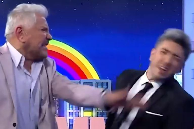 Arnaldo André sorprendió a Jey Mammon con un certero cachetazo en vivo