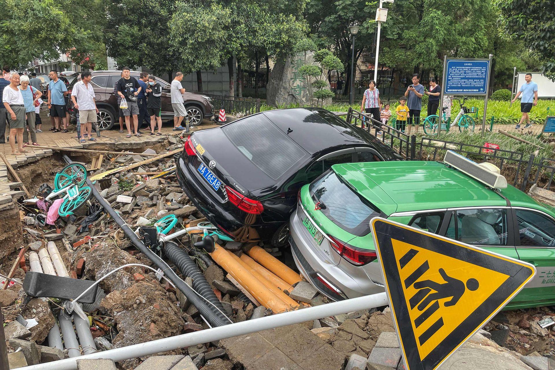 Los automóviles dañados se amontonan sobre los escombros después de que las fuertes lluvias azotaron la ciudad de Zhengzhou