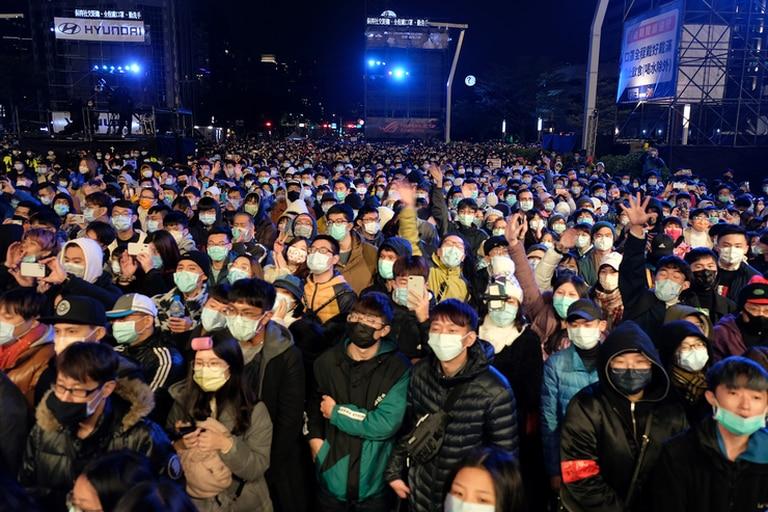 Personas con tapabocas participan en las celebraciones de Año Nuevo junto al edificio comercial Taipei 101 en Taipei, Taiwán, el 1 de enero de 2021