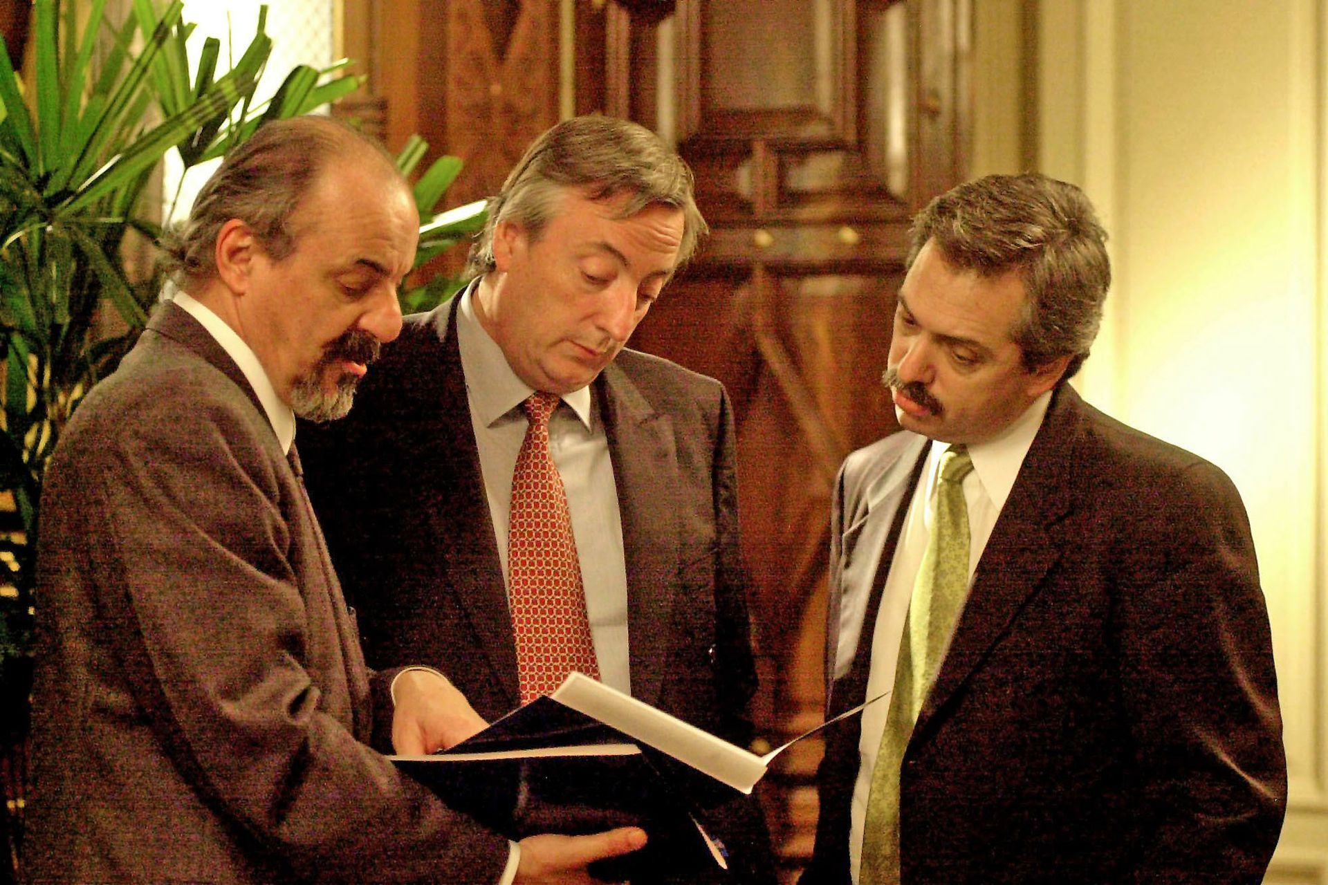 El presidente Nestor Kirchner junto al jefe de Gabinete, Alberto Fernandez y el ministro de Trabajo. La imagen fue capturada en el despacho de la presidencia, el 28 de agosto de 2003
