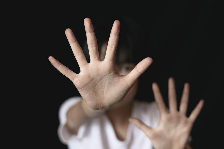 La víctima fue varias veces atacada sexualmente frente a su hermano menor