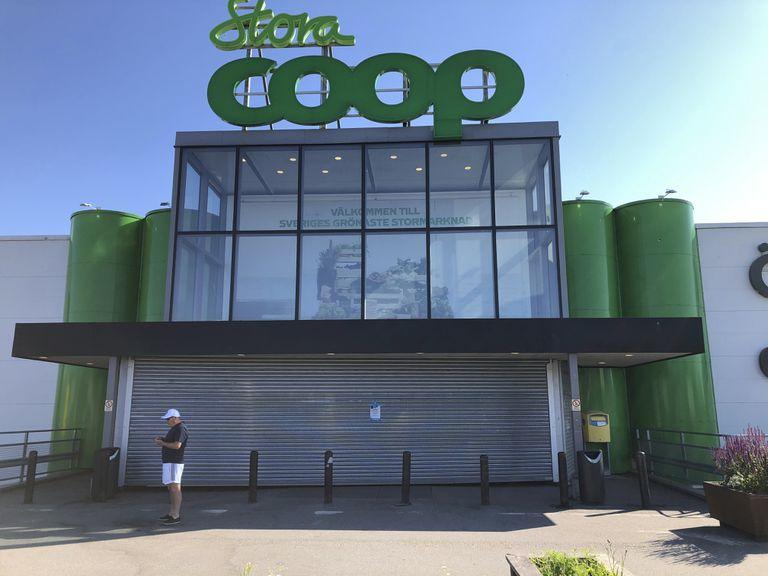 Esta fotografía del sábado 3 de julio de 2021 muestra un supermercado Coop cerrado en el suburbio de Vastberga, Estocolmo, Suecia. La cadena fue afectada por un ciberataque