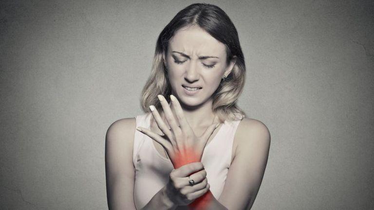 El uso excesivo del celular puede dar lugar al síndrome del túnel carpiano, que provoca un dolor agudo en la muñeca