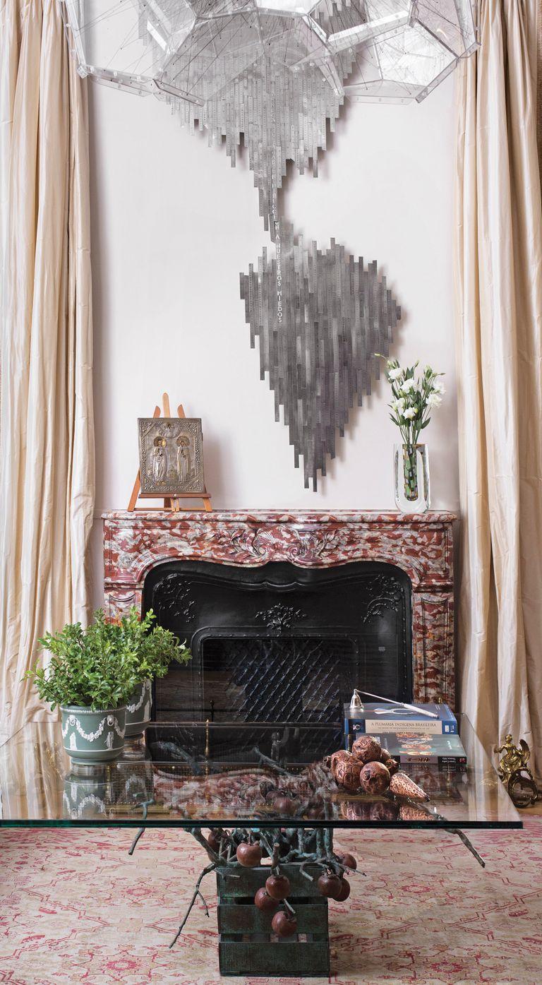 Sobre la chimenea se destaca Desvío, obra de Pedro Tyler, artista chileno representado por Isabel Aninat.