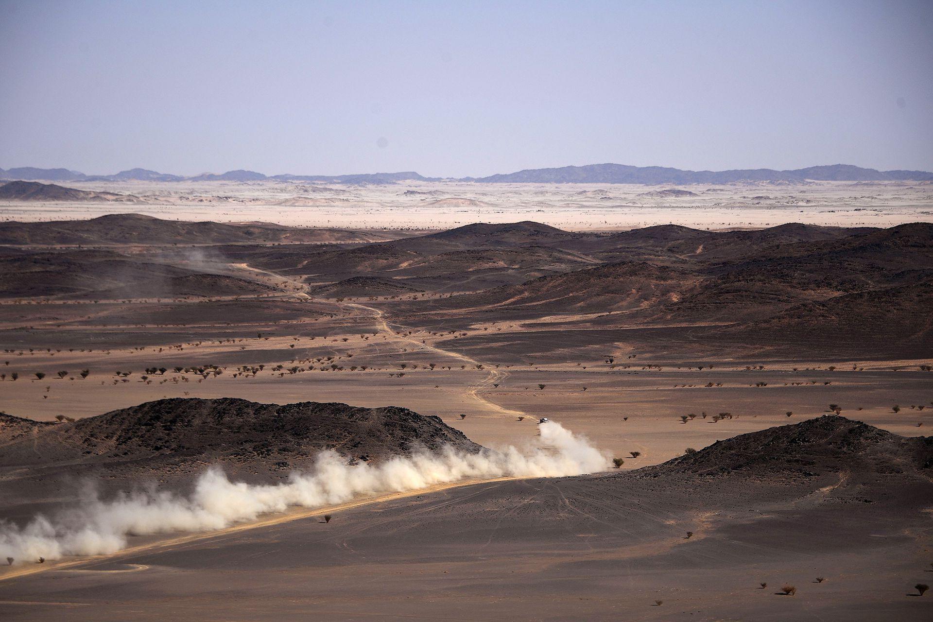 Un participante compite durante la Etapa 2 del Rally Dakar 2021 entre Bisha y Wadi Ad-Dawasir en Arabia Saudita el 4 de enero de 2021