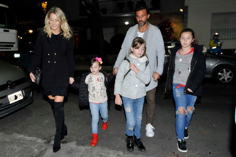 Micaela Viciconte, una de las protagonistas de Bañeros 5, asistió al estreno acompañada por su novio, Fabián Cubero y las tres hijas del futbolista, Allegra, Sienna e Indiana